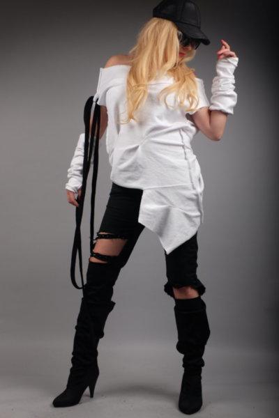 Стилна асиметрична бяла блуза с ръкавели