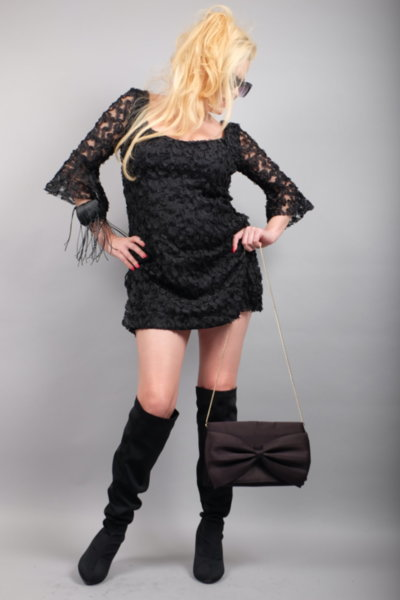 Къса черна рокля от ефектна 3D дантела