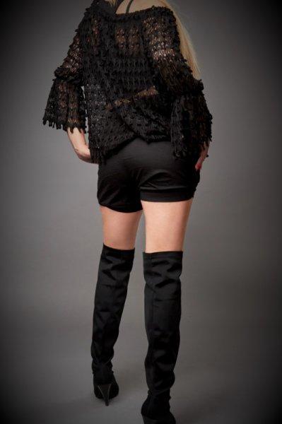 Ефектна черна блуза с паднало рамо