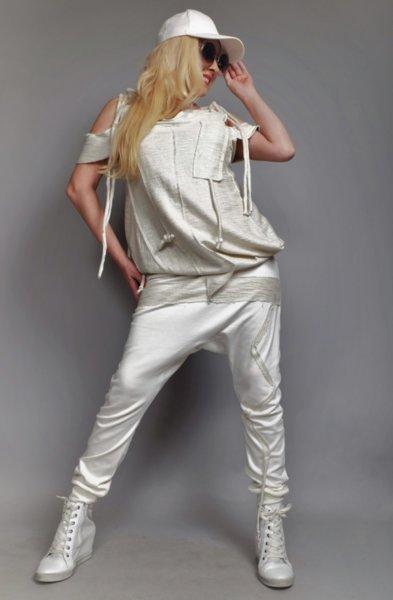 Панталон потур  с интересен дизайн комбиниран с ефектни сребристи елементи