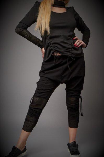 Спортно елегантна блуза с елементи от ефектна мрежа