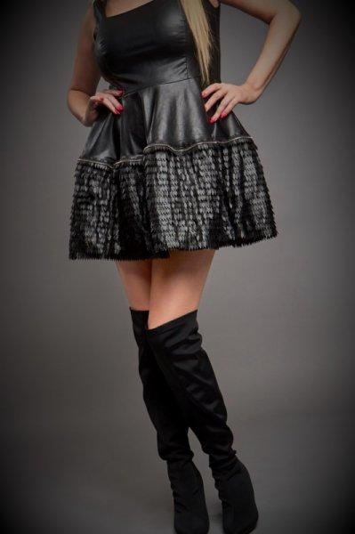 Парти рокля с ефектен дизайн в комбинация с кожени пера
