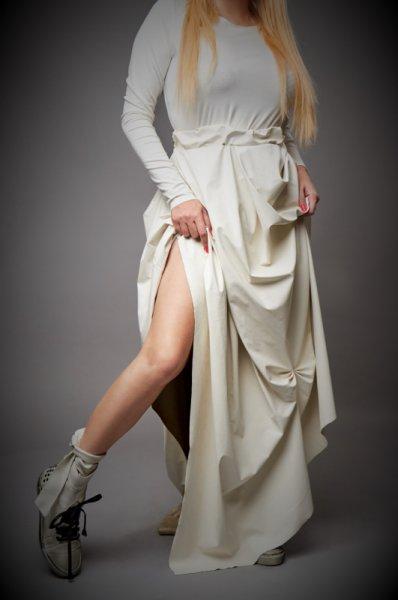 Ефектна дълга бяла рокля