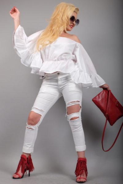 Бял спортно елегантен панталон с ефектни нарязвания