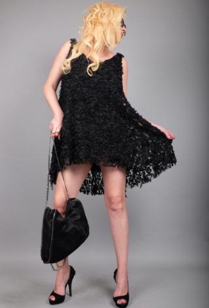 Ефектна черна рокля от флорална 3D дантела
