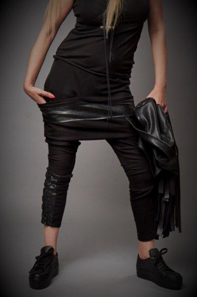 Черен панталон с ефектен страничен джоб