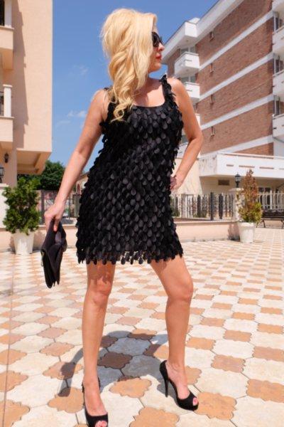 Луксозна черна рокля от ефектна 4D дантела