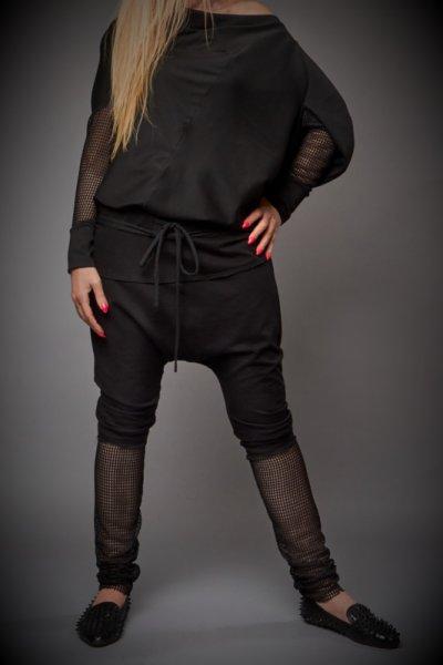 Черен панталон потур в комбинация с дантела