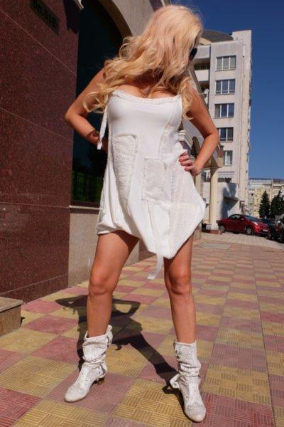 Нежна бяла рокля декорирана с дантела