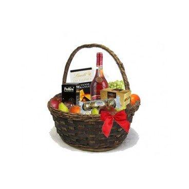 Луксозна кошница с коняк Martell V.S.O.P, шоколадови бонбони и плодове