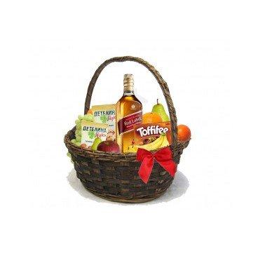 Кошница с уиски Johnnie Walker, ядки, бонбони и плодове