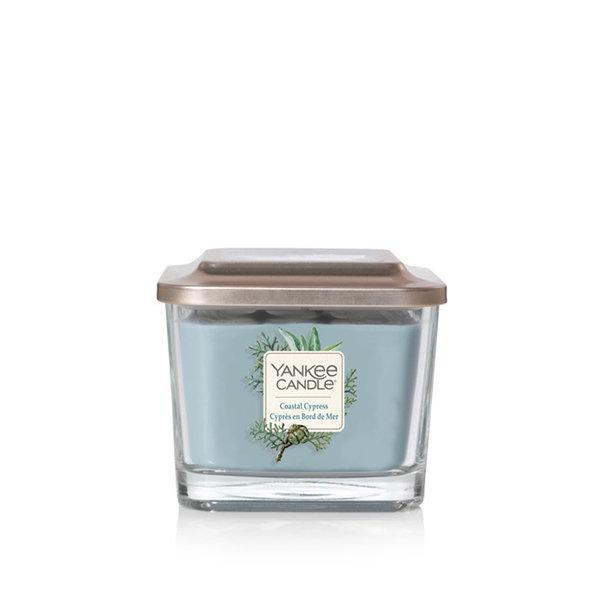 ароматна свещ среден буркан Yankee Candle Coastal Sypress